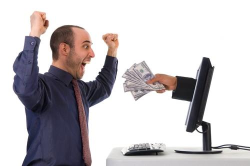 homme gagnant de l'argent sur internet